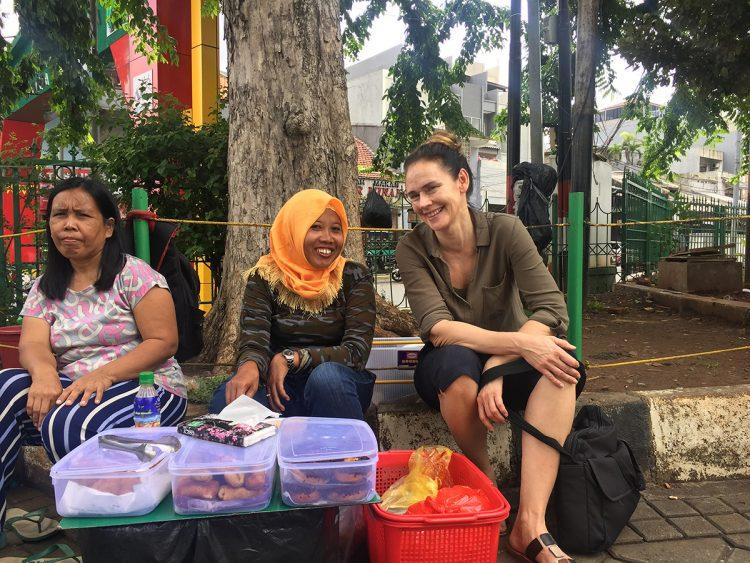 Toimittaja Rita Strömmer Indonesiassa haastattelemassa paikallisia asukkaita.