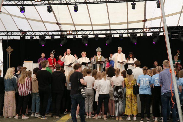 Lähetysjuhlilla siunattiin mm. kokki, pappi, kauppatieteilijä ja medianomi lähetystyöhön. Myös isosia siunattiin tehtäväänsä.